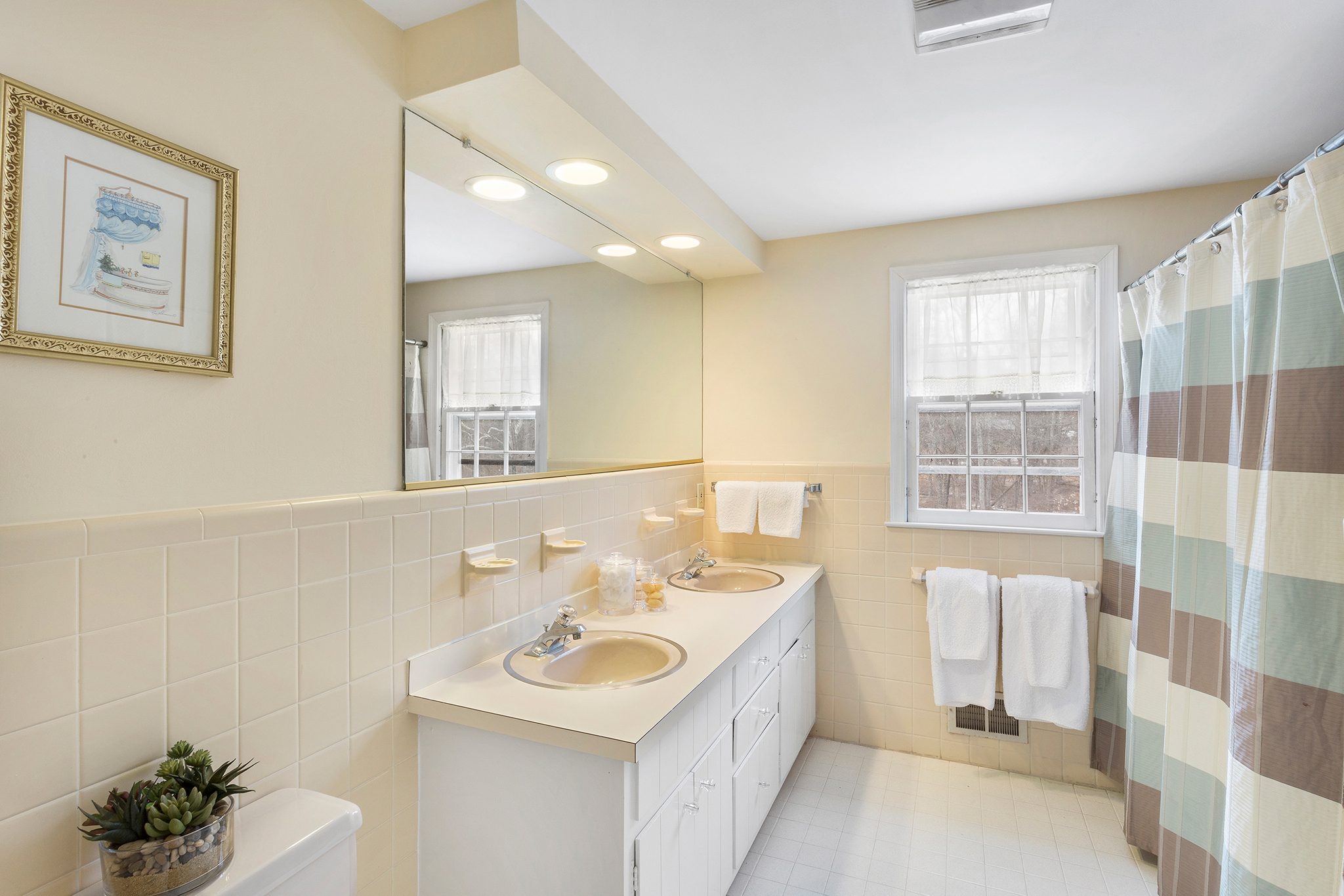 17 14 Keats Road Tewksbury Township — Hall Bathroom