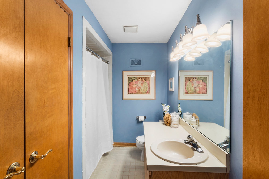 16 999 Walcott Dr Basking Ridge — Main Bath